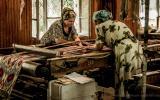 Weberinnen beim Einrichten der Maschinen