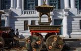 Auf diesem Wagen wird die Kumari einmal im Jahr durch Kathmandu gefahren, und das Volk ist aus dem Häuschen.