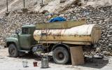 Übliche Tankstelle entlang des Pamir Highways.