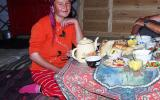 Unsere Gastgeberin Samira leistet uns beim Tee Gesellschaft.