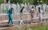 Mädels im Brunnen.