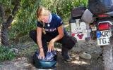 Nach der unfreiwilligen Benzindusche muss die Hose gründlich ausgewaschen werden.