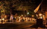 Schicki-Micki-Strandpromenade bei Nacht.
