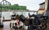 Dort drüben ist Burma. Wir kommen nicht mit den Mopeds rein.