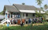 Nein, das ist keine Wäscherei. Die Leute haben ihre Sachen wegen der Schimmelgefahr so gut wie immer VOR dem Haus hängen.