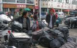 Besuch aus Europa gibt es in Tibet selten, auf dem Motorrad schon einmal so gut wie nie.