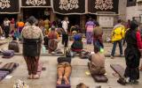 Gläubige vor dem Jokhang-Tempel in Lhasa.