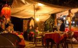Antonios Bar. Koch und Besitzer machen Live-Musik.
