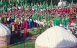 Heimatnahe Veranstaltung in Turkmenistan. Ausser Offiziellen ist kein einziger Zuschauer da - wir wissen nicht, ob es verboten ist zuzusehen oder ob sich keiner dafür interessiert ...
