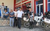 Der erste Halt in Usbekistan an einer Art Restaurant. Susanne mit Belegschaft und deren Nachbarn, Arbeitskollegen, Schulfreunden ....