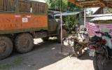 Unsere Motorräder im Camp neben schwererem Geschütz.